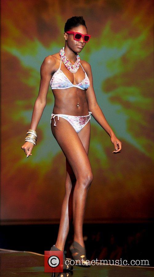 Alisha White Britain's Next Top Model live fashion...