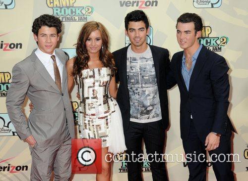 Nick Jonas, Demi Lovato, Joe Jonas and Kevin Jonas 1