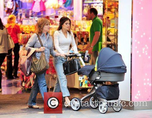 Is seen shopping with her mom and small...