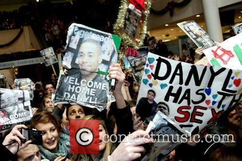 Fans Danyl Johnson holds a free concert at...