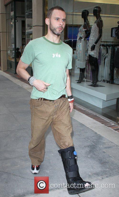 'Flashforward' star Dominic Monaghan, wearing a plastic cast...