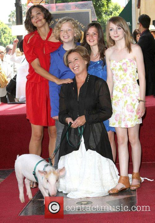 Maggie Gyllenhaal, Eros Vlahos, Rosie Taylor-Ritson, Lil Woods and Emma Thompson 3
