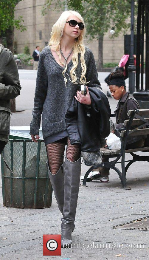 Taylor Momsen and Gossip Girl 11