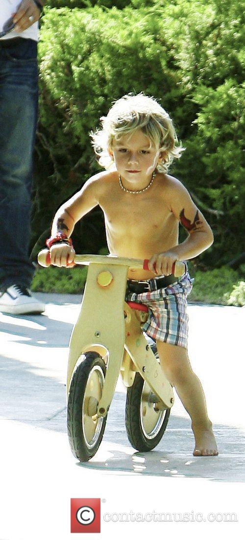 Kingston Rossdale goes to a friends birthday party...