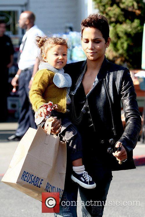 Halle Berry takes her daughter to Bristol Farms...