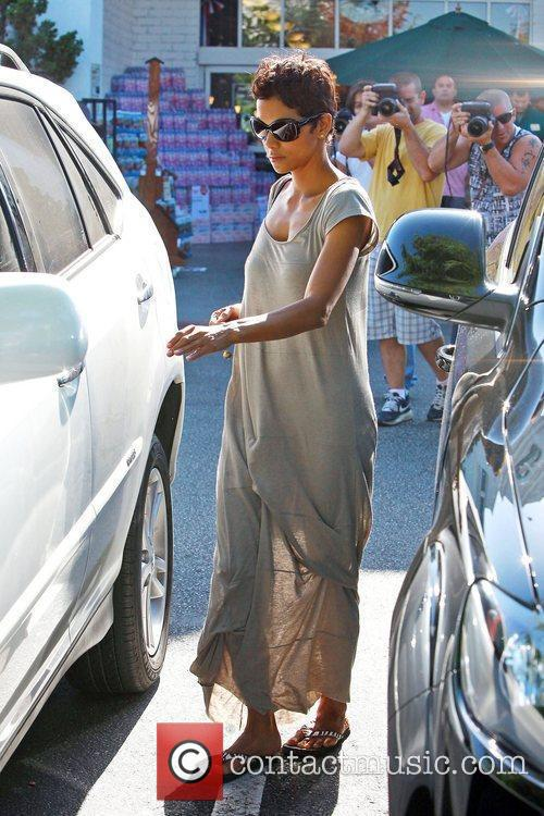 Halle Berry takes her daughter grocery shopping at...