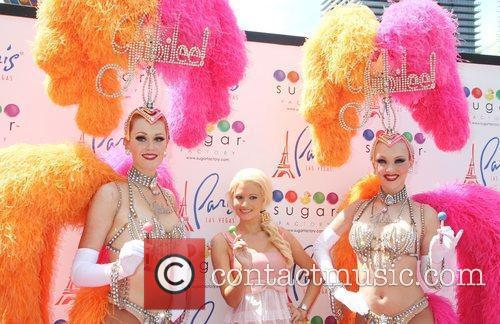 Holly Madison and showgirls 'Peepshow' star debuts her...