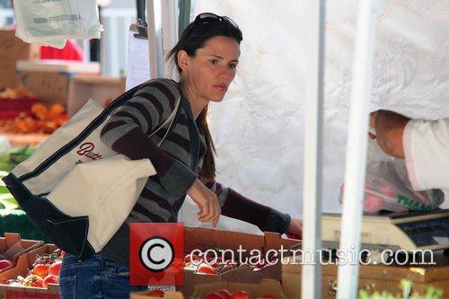 Jennifer Garner shopping at the Pacific Palisades Farmer's...