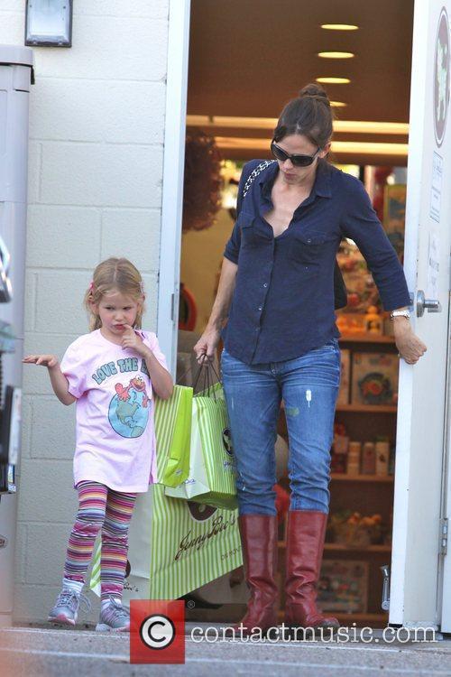 Drops her daughter, Violet Affleck off at a...
