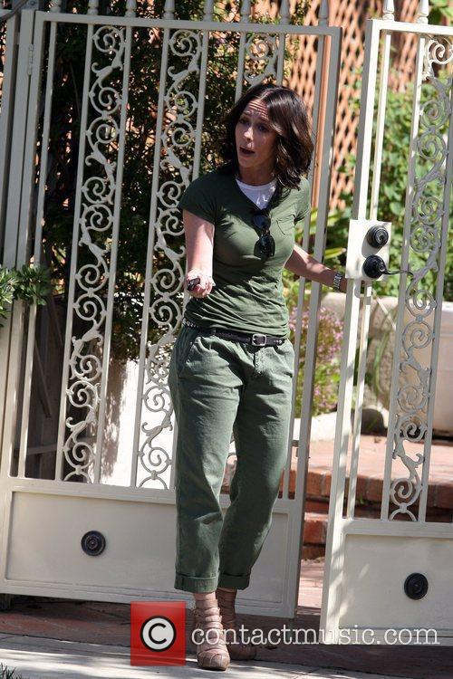 Jennifer Love Hewitt arrives at a friend's house...
