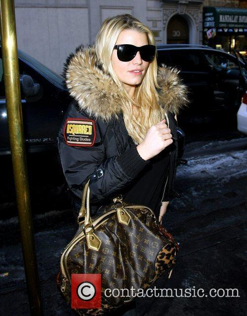 Jessica Simpson  goes to visit her sister...