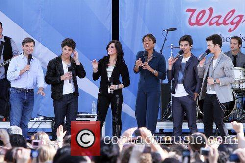 Joe Jonas, Demi Lovato and Jonas Brothers 1