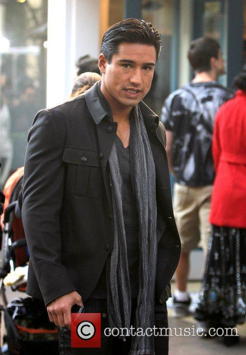Mario Lopez on the Extra TV show set...