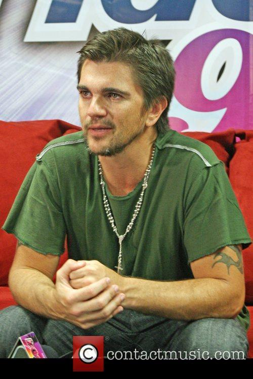 Juanes is photographed backstage at 'Noche De Estrellas...