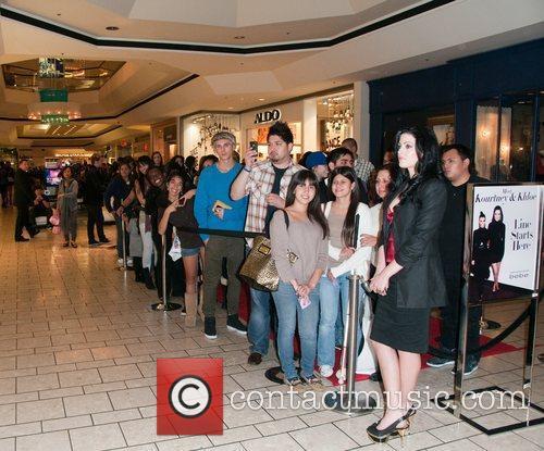 Fans line up Kourtney and Khloe Kardashian make...