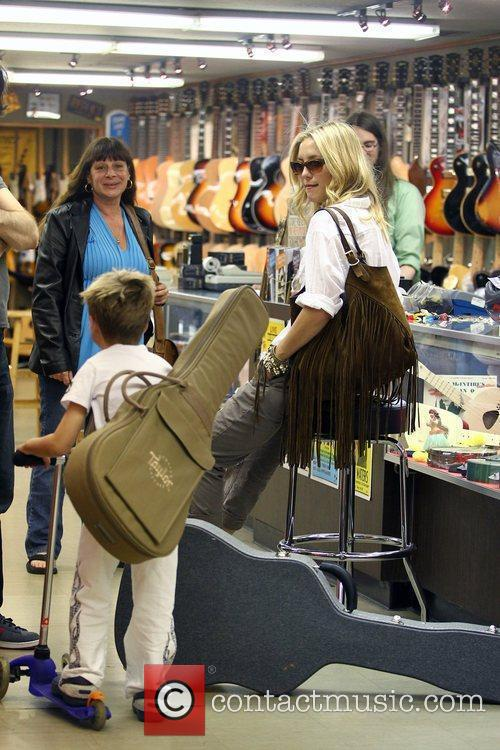 Kate Hudson buys a guitar for her son...