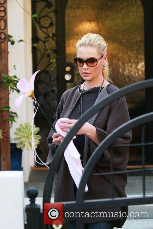 Katherine Heigl leaves her home and heads off...