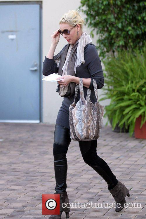 Katherine Heigl and her mother shop for kitchen...