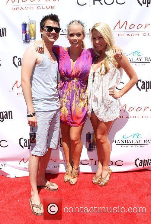Kendra Wilkinson (C) kicks off Independence Day weekend...