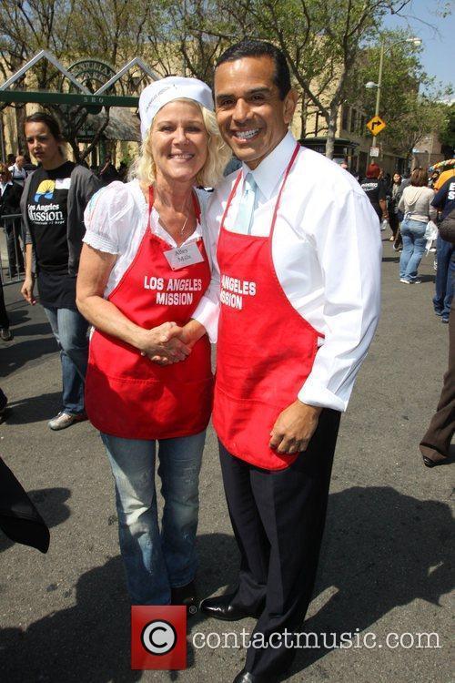 Alley Mills and Los Angeles Mayor Antonio Villaraigosa...