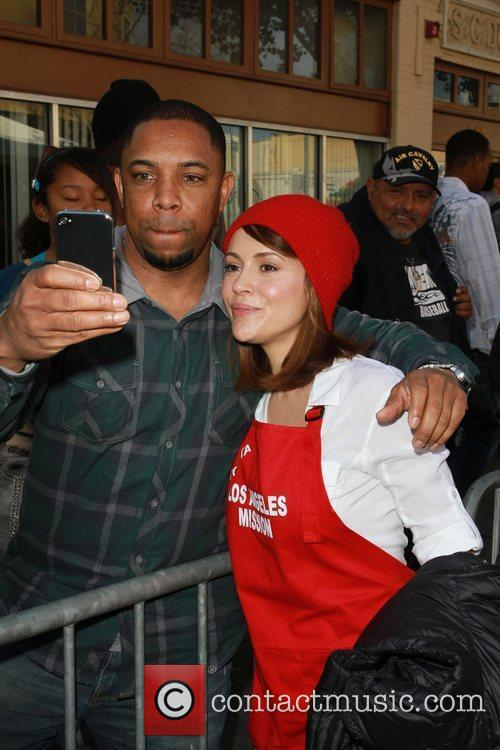 Alyssa Milano Celebrities volunteer on Christmas Eve to...