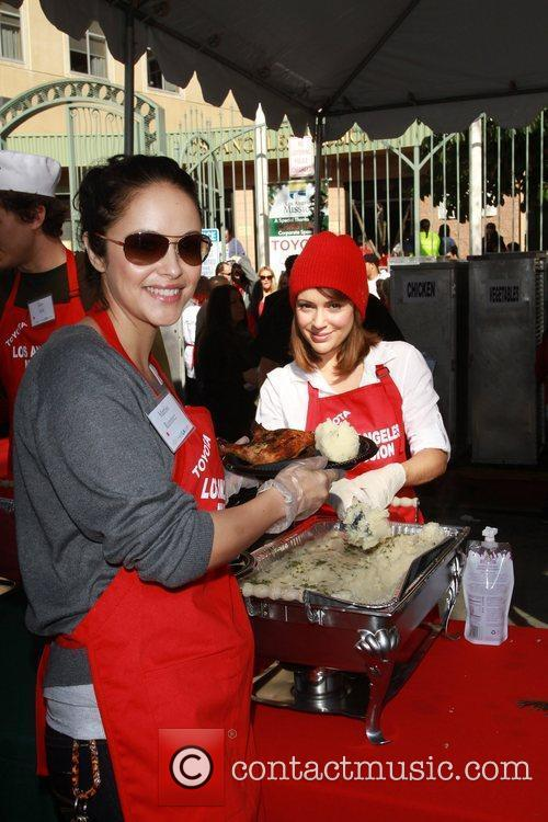 Marisa Ramirez and Alyssa Milano Celebrities volunteer on...