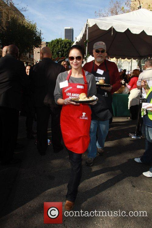 Marisa Ramirez Celebrities volunteer on Christmas Eve to...