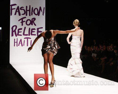 Tula Loses A Shoe On The Catwalk 4