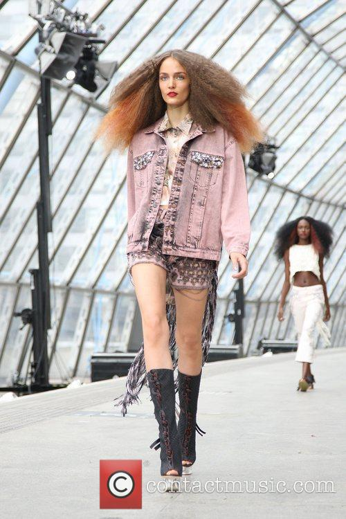 Model London Fashion Week Spring/Summer 2011 - Unique...