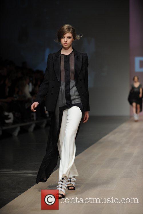 Model LG Fashion Week Spring/Summer 2011 - Duy...