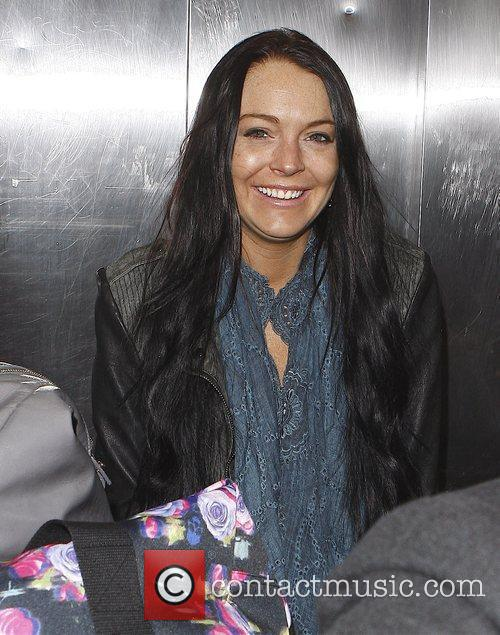 Arrives at LAX airport with her sister Ali