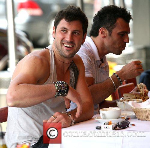 Maksim Chmerkovskiy enjoys lunch with friends at Le...