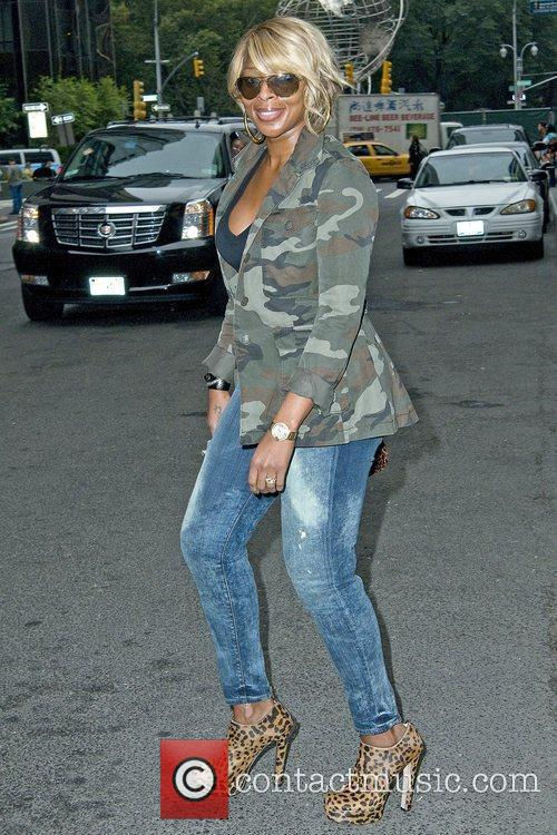 Mary J Blige leaving her Manhattan hotel sporting...