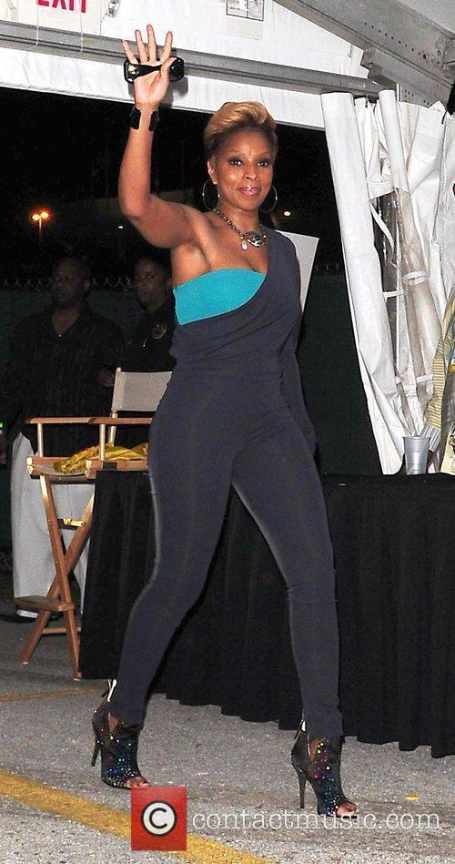 Performs at 5th Annual Jazz In The Gardens...