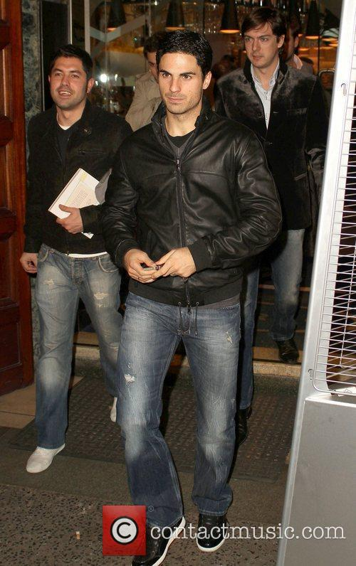 Everton midfielder Mikel Arteta leaving San Carlo restaurant