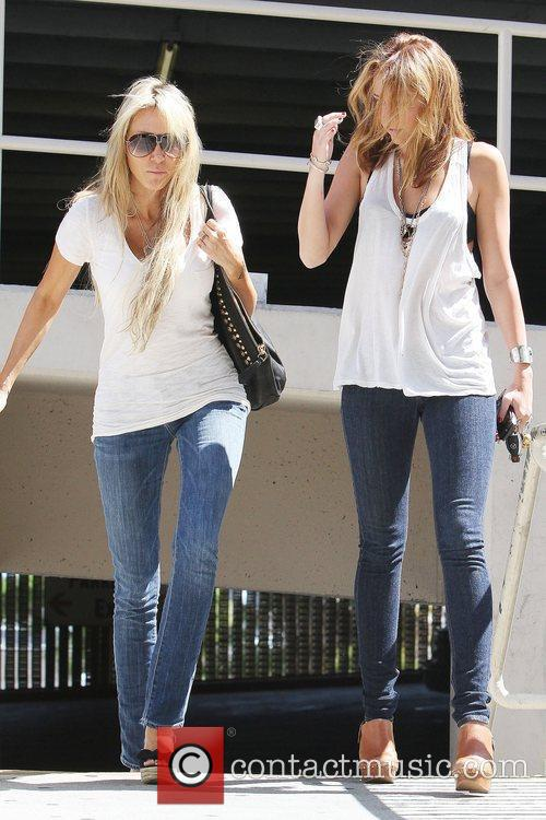 Miley Cyrus and Mother Tish Cyrus Walking En Route To A Medical Building In Hollywood 3
