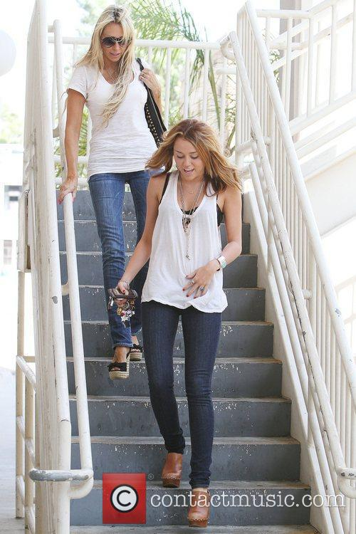 Miley Cyrus and Mother Tish Cyrus Walking En Route To A Medical Building In Hollywood 9
