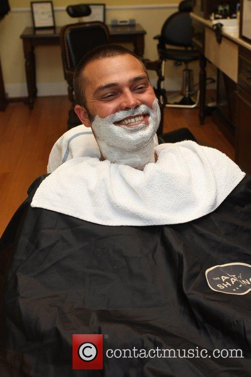 nick swisher new york yankees outfielder getting his beard shaved at the art of shaving. Black Bedroom Furniture Sets. Home Design Ideas