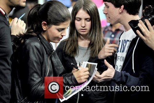 Nikki Yanofsky signs an autograph for a fan...