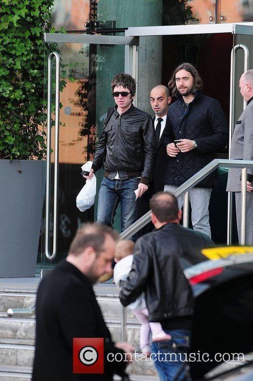 Noel Gallagher, Leaves and Russell Brand 5