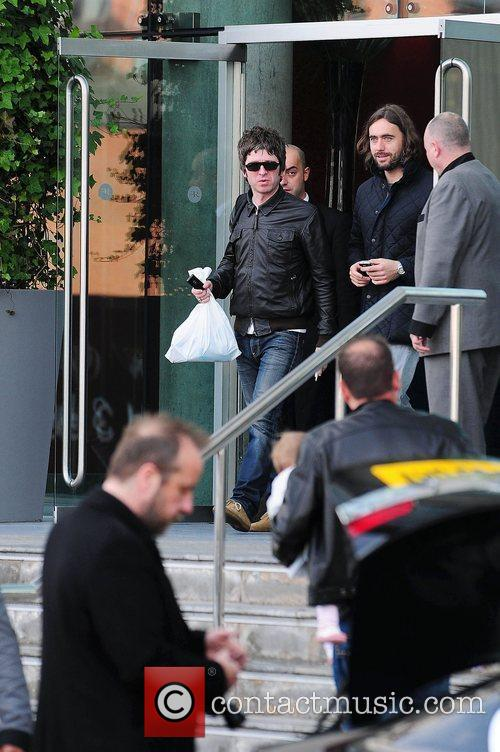 Noel Gallagher, Leaves and Russell Brand 3