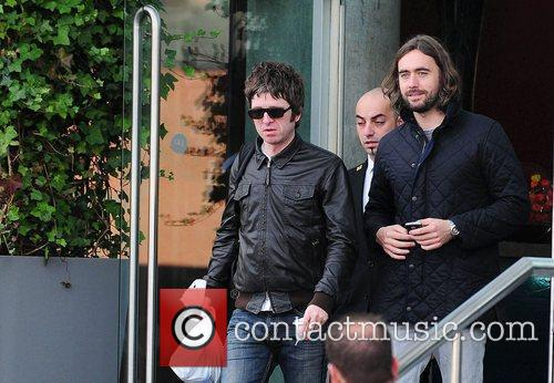 Noel Gallagher, Leaves and Russell Brand 4