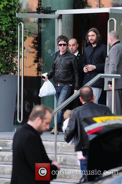 Noel Gallagher, Leaves and Russell Brand 10