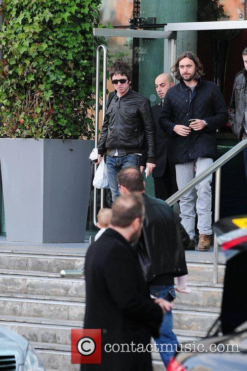 Noel Gallagher, Leaves and Russell Brand 6