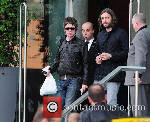 Noel Gallagher, Leaves and Russell Brand 9