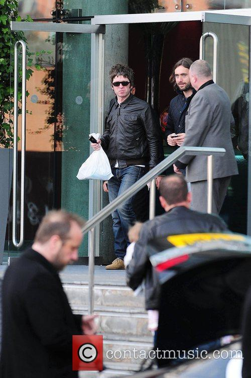 Noel Gallagher, Leaves and Russell Brand 7