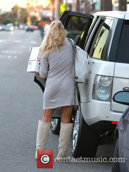 Pamela Anderson out shopping in Venice with knee...