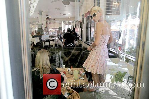 Nicky Hilton and Paris Hilton having lunch together...