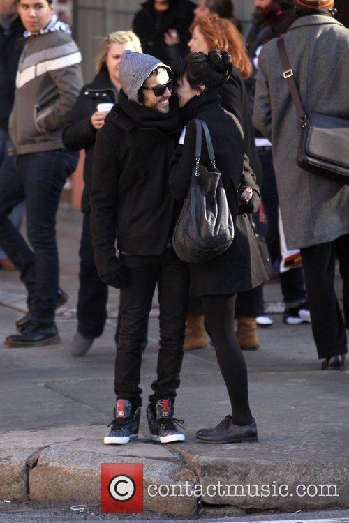 Pete Wentz and Ashlee Simpson  hold hands...