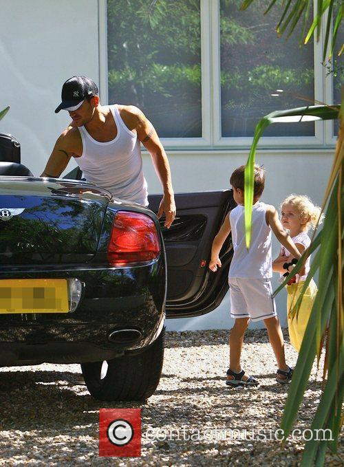 Peter Andre leaving home with his children Junior...